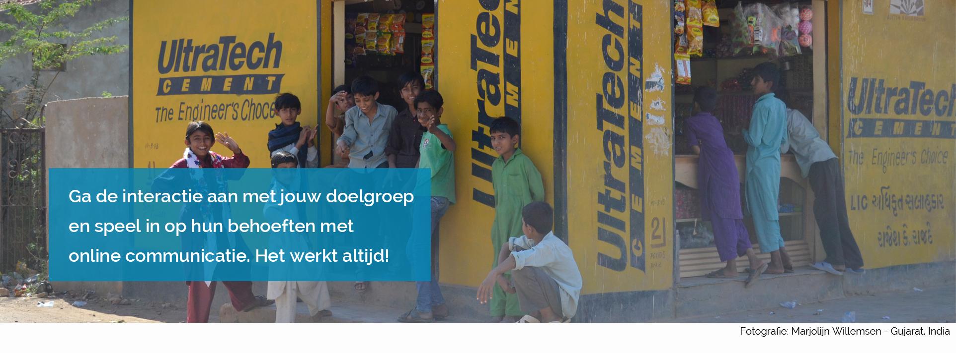 Online communicatie - jongens bij kiosk